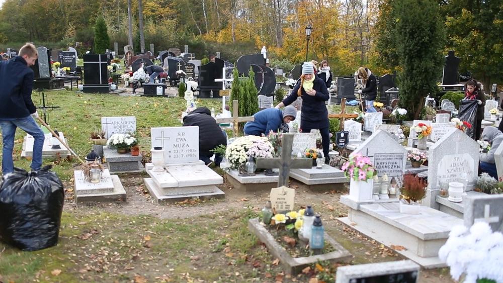 Uczniowie Zespołu Szkół nr 1 we Władysławowie sprzątali cmentarz (link otworzy duże zdjęcie)