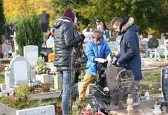Uczniowie Zespołu Szkół nr 1 we Władysławowie sprzątali cmentarz