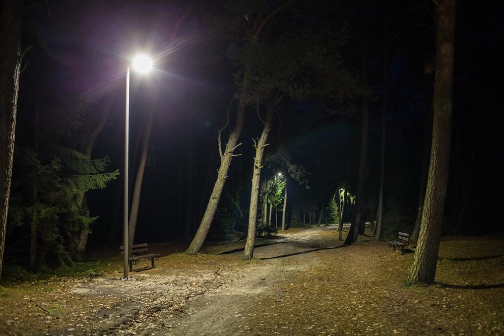 Oświetlenie wejścia nr 35 w Ostrowie (link otworzy duże zdjęcie)