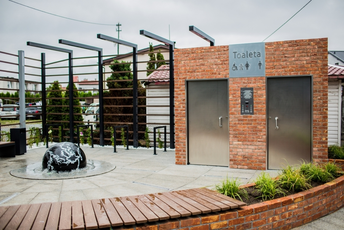 Nowoczesna toaleta i elementy małej architektury w Karwi (link otworzy duże zdjęcie)