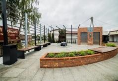 Nowoczesna toaleta i elementy małej architektury w Karwi