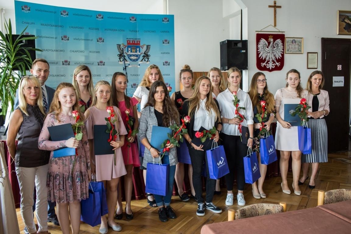Burmistrz wręczył stypendia uczniom i studentom (link otworzy duże zdjęcie)