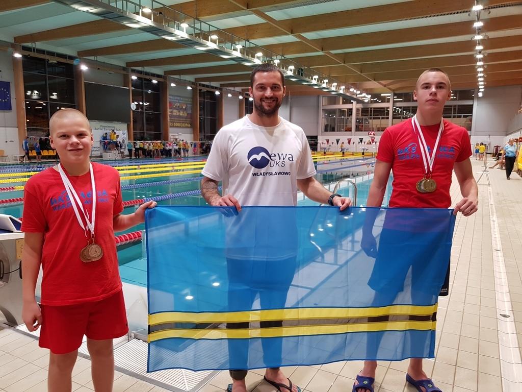 Nasi pływacy z medalami na Pucharze Europy (link otworzy duże zdjęcie)