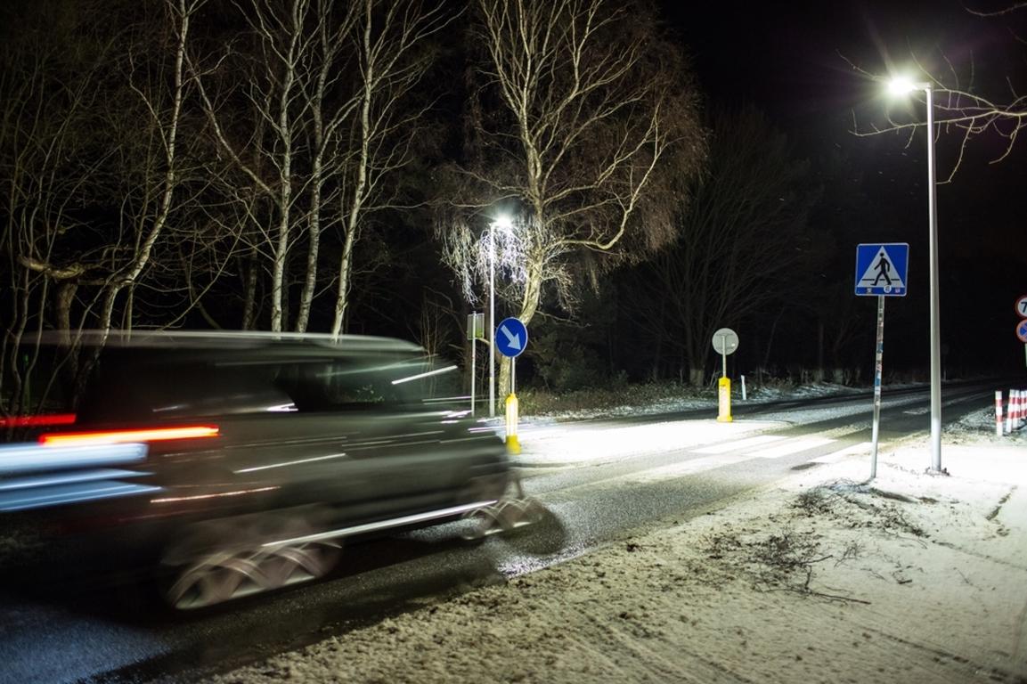 Przejścia przy polach namiotowych oświetlone (link otworzy duże zdjęcie)