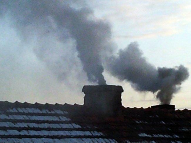 Komin i wydobywający się z niego trujący dym (link otworzy duże zdjęcie)