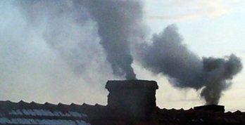 Komin i wydobywający się z niego trujący dym