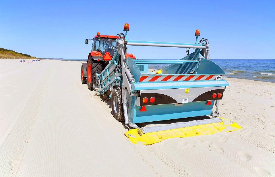 Maszyna do oczyszczania piasku na plaży w Chałupach (link otworzy duże zdjęcie)
