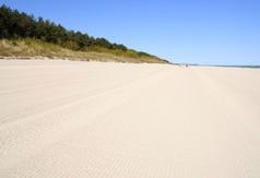 Oczyszczona przez maszynę plaża w Chałupach