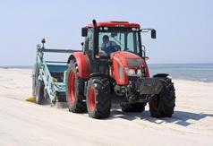 Maszyna do oczyszczania piasku na plaży w Karwi