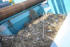 Odpady zebrane przez maszynę do oczyszczania piasku na plaży w Karwi