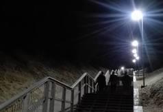 Zejście na plażę nr 23 w Jastrzębiej Górze nocą - fot. Szymon Redlin