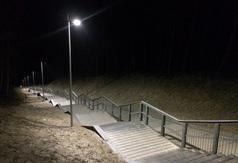 Zejście na plażę nr 23 w Jastrzębiej Górze nocą