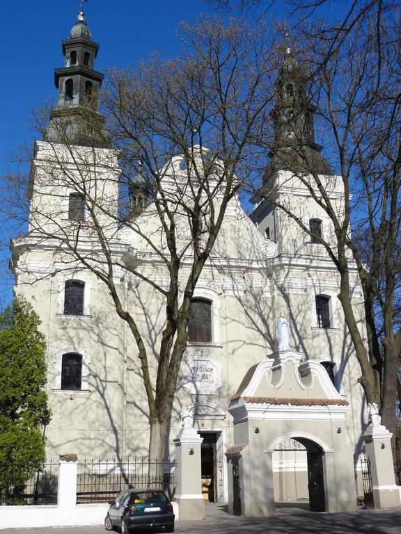 Zdjęcie przedstawia budynek kościoła pod wezwaniem Świętego Mikołaja w Urzędowie