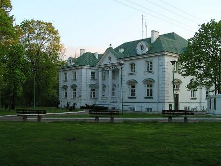 Zdjęcie przedstawia budynek pałacowy Prażmowskich
