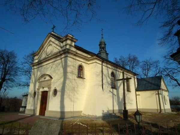 Zdjęcie przedstawia budynek kościoła pod wezwaniem Świętej Trójcy Przenajświętszej w Popkowicach [600x450]