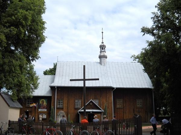 Zdjęcie przedstawia drewniany budynek kościoła pod wezwaniem Świętego Andrzeja Apostoła w Borowie [600x450]