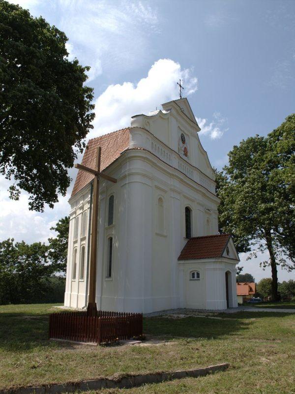 Zdjęcie przedstawia budynek kościoła na planie trójkąta pod wezwaniem Świętej Trójcy w Stróży Kolonii [600x801]