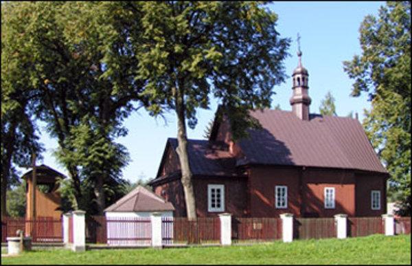 Zdjęcie przedstawia budynek kościoła pod wezwaniem Przemienienia Pańskiego wraz z zabytkową dzwonnicą w Rzeczycy Ziemiańskiej [600x387]