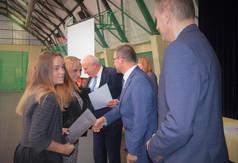 Na zdjęciu uczniowie odbierający stypendia od Starosty Kraśnickiego Andrzeja Maja, Dyrektora Zespołu