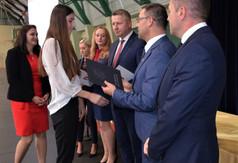 Na zdjęciu uczniowie odbierający stypendia od Starosty Kraśnickiego Andrzeja Maja, Wicestarosty Kraśn