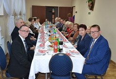 Na zdjęciu uczestnicy spotkania andrzejkowego siedzący przy stole w Dziennym Domu Senior + w Salominie.