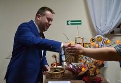 Na zdjęciu Wicestarosta Kraśnicki Karol Rychlewski wybierający los podczas wieczoru andrzejkowego.