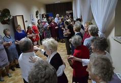 Na zdjęciu uczestnicy spotkania andrzejkowego tańczą.