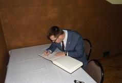 Na zdjęciu Wicestarosta Kraśnicki Karol Rychlewski wpisujący się do pamiątkowej księgi.