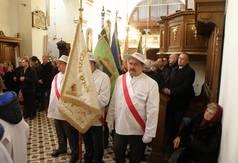 Na zdjęciu poczty sztandarowe pszczelarzy z powiatu kraśnickiego oraz uczestnicy mszy św. podczas uroc