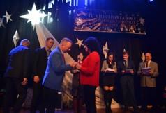 Na zdjęciu członek Zarządu Powiatu kraśnickiego Tomasz Mularczyk wręcza statuetkę przedstawicielce