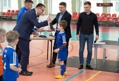 Na zdjęciu Wicestarosta Kraśnicki Karol Rychlewski przybija piątkę młodemu zawodnikowi biorącemu ud