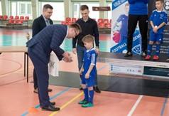 Na zdjęciu Wicestarosta Kraśnicki Karol Rychlewski wręcza statuetkę młodemu zawodnikowi biorącemu u