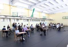 Uczniowie zmagają się z zadaniami z języka angielskiego.