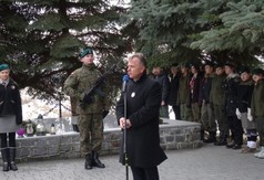 Na zdjęciu Starosta Kraśnicki Krzysztof Staruch przemawia podczas uroczystości upamiętniającej 75 Ro