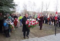 Na zdjęciu Starosta Kraśnicki Krzysztof Staruch składa wieniec przy mogile pomordowanych w czasie pacy