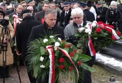 Na zdjęciu Starosta Kraśnicki Krzysztof Staruch składa wieniec od Marszałka Województwa Lubelskiego