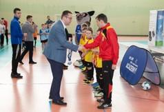 Na zdjęciu Wicestarosta Kraśnicki Karol Rychlewski gratuluje trenerowi drużyny grającej w Football Ac