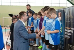 Na zdjęciu Wicestarosta Kraśnicki Karol Rychlewski gratuluje młodym zawodnikom turnieju Football Acade