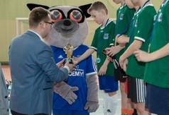Na zdjęciu Wicestarosta Kraśnicki Karol Rychlewski wręcza puchar zawodnikom turnieju Football Academy.