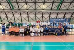 Zdjęcie grupowe. Na zdjęciu wszyscy zawodnicy turnieju Football Academy wraz z trenerami,Wicestarosta K