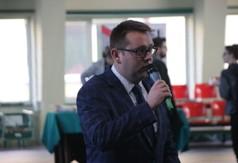 Na zdjęciu Wicestarosta Kraśnicki Karol Rychlewski podczas Targów edukacyjnych w Zespole Szkół nr 3