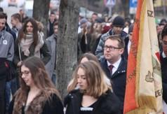 Na zdjęciu społeczność szkolna i goście, którzy idą do Centrum Kultury i Promocji, gdzie odbędzie