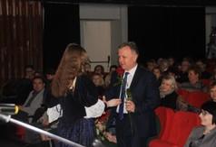 Na zdjęciu uczennica ZS nr 2 w Kraśniku wręczająca czerwoną różę Staroście Kraśnickiemu Krzyszt