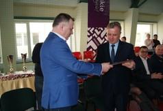 Na zdjęciu prezes LUKS Suples Kraśnik Leszek Zdybicki wręczający pamiątkowy grawer Staroście Kraśn