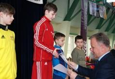 Na zdjęciu Starosta Kraśnicki Krzysztof Staruch wręczający dyplomy dla młodych zapaśników podczas