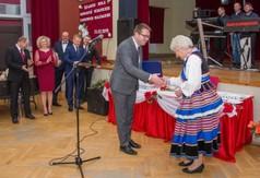 Na zdjęciu Wicestarosta Kraśnicki Karol Rychlewski gratulujący  50-lecia istnienia Koła Gospodyń Wie