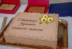 Na zdjęciu tort z napisem Z najlepszymi życzeniami Starosta Kraśnicki.