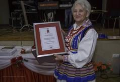 Na zdjęciu Prezes Koła Gospodyń Wiejskich z Popkowic - Majdanek z dyplomem uznania.