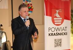 Na zdjęciu Starosta Kraśnicki Krzysztof Staruch przemawiający podczas Dnia Kobiet w Osiedlowym Domu Ku