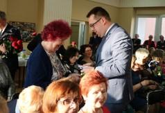 Na zdjęciu Wicestarosta Kraśnicki Karol Rychlewski wręcza słodki upominek Wiesławie Lendzion z zespo